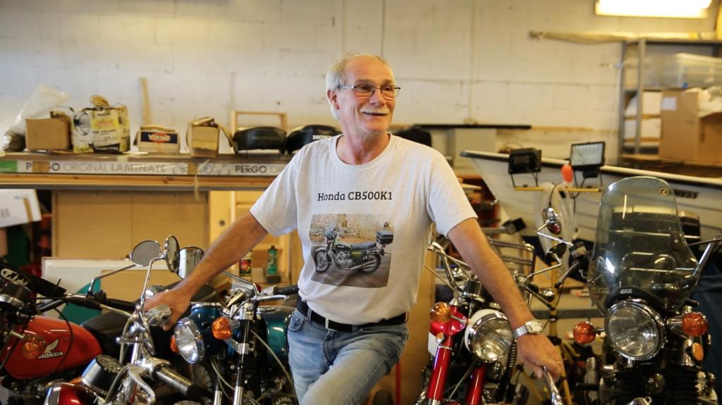 Rune Kristiansen med Honda motorsykler i garasjen