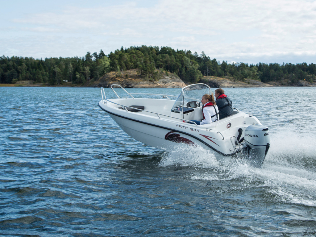 AMT Konsollbåt som kjører på havet
