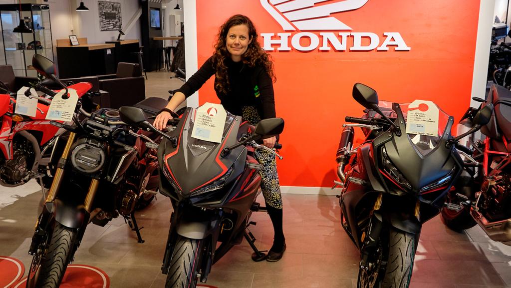 Lene Graarud på en splitter ny Honda MC
