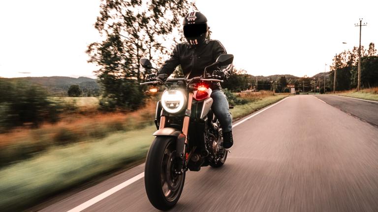 Timon Haugan på sin Honda CB650R