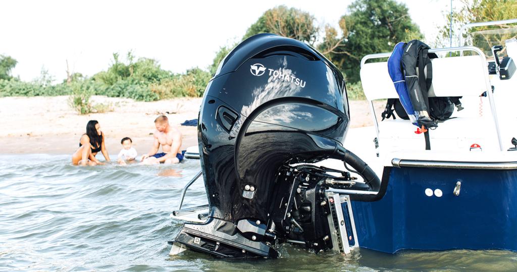 Tohtatsu påhengsmotor på båt